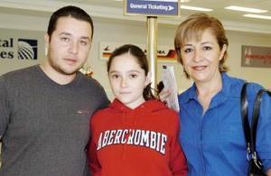 <B>10 de septiembre 2005</b><p> Rodrigo Pámanes y María José Rodríguez viajaron a Madrid, y fueron despedidos por Eugenia Gordillo.