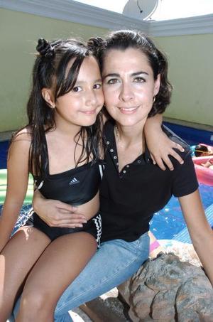 Lizeth Viesca Sánchez acompañada de su mamá, Gloria Sánchez Tallabas, en su fiesta de cumpleaños.