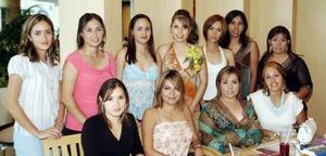 Katy Ortega Mayorga, acompañada de asistentes a la despedida que le organizaron.