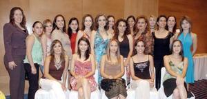 Tere Ruiz Estrada en compañía de amistades el día que celebró su despedida de soltera en días pasados.