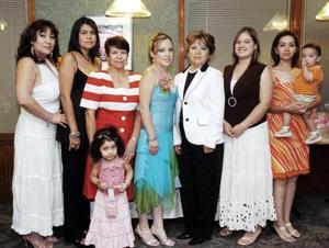 Wendy Ramírez de León, acompañada de algunas de las invitadas a su fiesta de despedida.