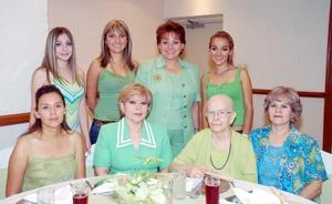 <b>10 de septiembre 2005</b><p> Yolanda de la Rosa de Gutiérrez, en compañía de algunas de las asistentes al convivio que se le ofreció por su cumpleaños.