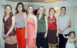 Isabel  Gómez, acompañada de asistentes a su fiesta de despedida de soltera.