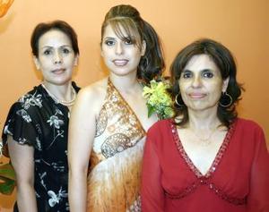 Kathy Ortega acompañada de Cony Guerrero y Kathy Mayorga, organizadoras de su fiesta de despedida.
