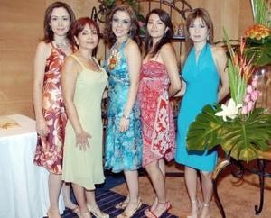 La futura novia, Tere Ruiz, con Blanca Ruiz Estrada, Cristina Pérez de De Alba, Brenda de Alba Pérez y Cristina de Alba Pérez.