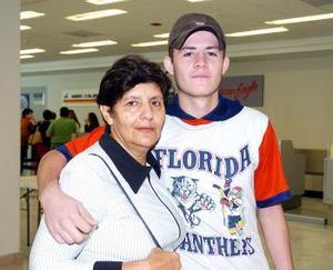 <B>12 de septiembre 2005</b><p> Sonia Cárdenas viajó a Mérida y fue despedida por Abraham Pérez