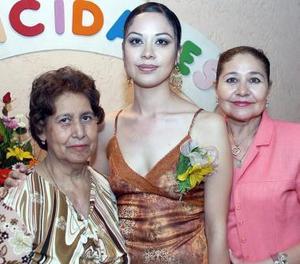 Cynthia Elizabeth Zúñiga Castañeda, en compañía de las organizadoras de su despedida de soltera.