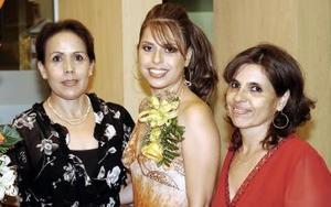 Katy Ortega Mayorga acompañada de Kary Mayorga de Ortega y Concepción Guerrero, organizadoras de su despedida de soltera.
