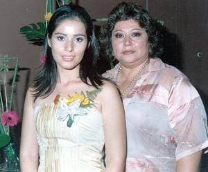 Nelly en compañía de su mamá, Marilú de Blackaller.