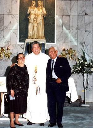 Juanita Ríos de Delgadillo y José Ángel Delgadillo acompañados del padre Alejandro Terrones garcía, quien festejará 25 años de servicio sacerdotal en próximas fechas.