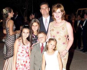 Camilo Mexsen y Naima de Mexsen, con los pequeños Naima María, Camilo José y katia Mexsen y Marlene Papadópulos.