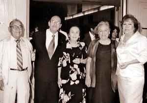 Miguel Osorno y Flores de Osorno festejaron su 25 aniversario de matrimonio en días pasados, los acompañan Bernardo Heredia Valle, Esther de Heredia y Florinda Saldaña.