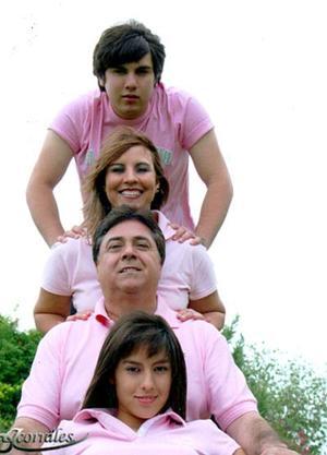 <b>12 de septiembre 2005</b><p>  Yolanda Ivette con sus papás Daniel Acevedo Aguirre y Yolanda Chávez Acevedo y su hermano Daniel Fernando.