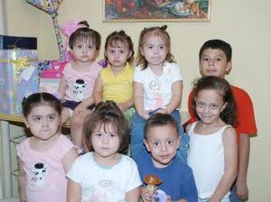 Abril Pineda Gutiérrez en compañia de sus amiguitos, en el convivio infantil que le organizaron sus papás, en días