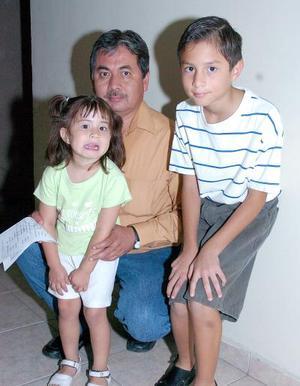 Agustín Martínez y sus hijos Pablo e Isabel.