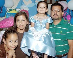 Alexa Martínez Anaya acompañada de sus papás, Alejandro Martínez y Adriana Anaya de Martínez y su hermana Daniela, en su fiesta de cumpleaños.