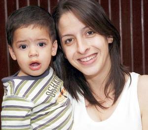 Ana de Álvarez con su hijo Rafael Álvarez..