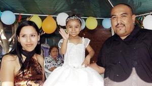 Dulce María Maldonado López acompañada de sus papás, el día que celebró su cumpleaños