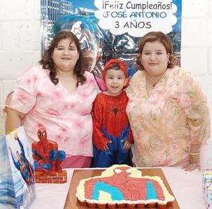José Antonio Cervantes Calderón fue festejado al cumplir tres años de vida, lo acompañan su mamá Olga Delfina y su tía Ana Laura