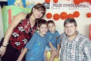 Lorenzo y Leonardo de la Parra Soto acompañados de sus papás, en el convivio que se les ofreció por motivo de su cumpleaños