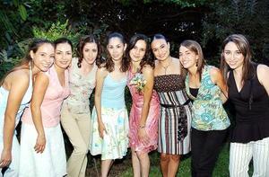 -Alejandra Guerrero Tello con un grupo de amigas, quienes la compañaron en la despedida de soltera que le organizaron su mamá, María Elena Tello de Guerrero y su futura suegra, Josefina del Río de Muñoz.