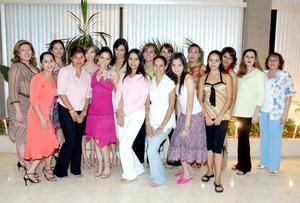 Josefina Crabtree García en compañía de amistades el día de su despedida de soltera.