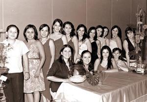Nelly Blackaller Velázquez, en compañia de sus amigas en su festejo