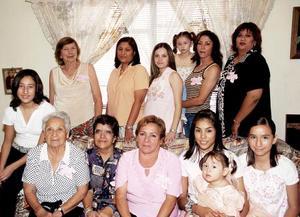 Isabel Ayup de López, acompañada de un grupo de asistentes en su fiesta de regalos.