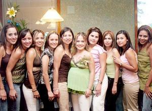 Pita Zavala, Mónica Solar, Abby Aguirre, Mónica de Chavarría, Laura Flores, Magda de Hurtado, Ariane Flores y Maribel Lozano con Sandy Rivas de Alarcón