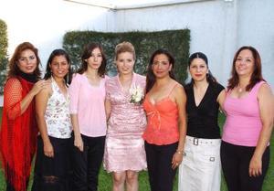 <b>12 de septiembre 2005</b><p> Berenice Varona Cárdenas, acompañada de algunas asistentes a su despedida de soltera.