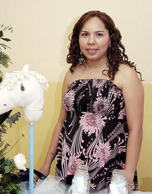 Cristina de Valverde en la fiesta de regalos que se le ofreció en días pasados.
