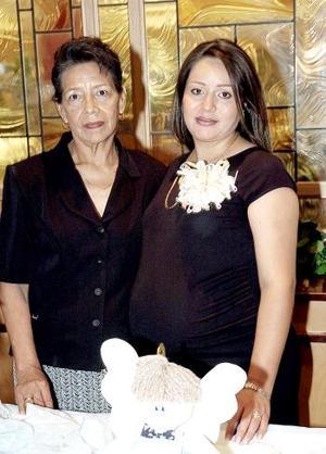 Cristina Reyes Medina acompañada de la organizadora de su fiesta de canastilla.
