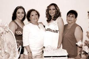 Lorena Torres de Rocha, en compañía de las anfitrionas de su fiesta de canastilla.