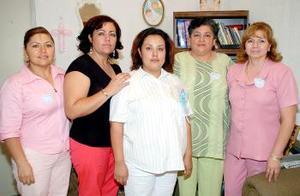 Norma Zamarripa de Román, acompañada de sus amigas, en la fiesta de regalos que le fue organizada.