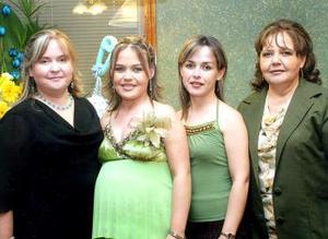 La futura mamá acompañada por Ana Cecy Rivas, María Estela Rivas Kuster y María Esthela Kuster de Rivas