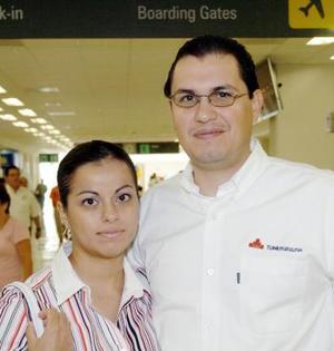 Ana Sofía Siller viajó a Baja California y la despidió Laurentino Quintanar.