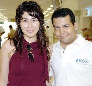 Lucero Sotelo viajó al DF, y la despidió Víctor Hernández.