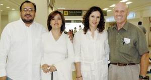 <B>13 de septiembre 2005</b><p> Mónica Arvizu y María Estela Morales viajaron a México y fueron despedidas por Jorge Torres y Claudio Sánchez.
