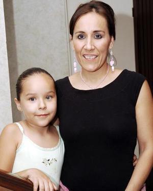 Natalia Lomas de Verdeja, con su hija Rosa María Verdeja Lomas.