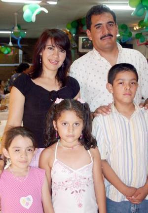 Adolfo Coronado López y Valeria Ortega de Coronado con Adolfito y Valeria Coronado Ortega y América Gallegos Coronado, captados en pasado convivio.