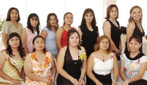 Rosa Amalia Rodríguez Guerrero, acompañada de un grupo de amigas en su fiesta de despedida de soltera.