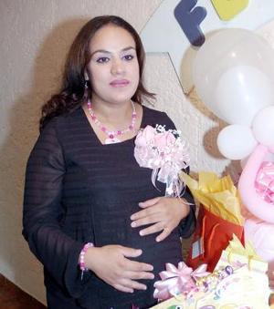 Claudia Rocío Galván de López, captada en su fiesta de regalos.
