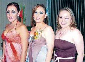 Jenny acompañada de sus hermanas Janeth y Jéssica.
