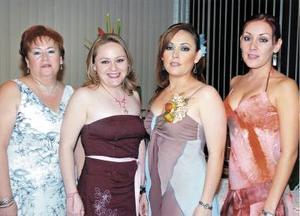 La futura novia acompañada de sus hermanas, Jéssica Robles y Janeth Robles Aznar, así como de su mamá, la señora Yolanda Aznar de Robles.