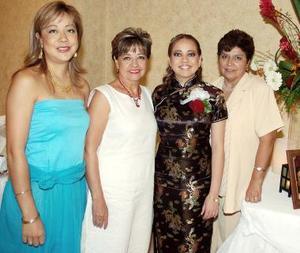 <b>13 de septiembre 2005</b><p> María Lucía León González acompañada de Graciela González, María Guadalupe Tello y Graciela  León, organizadoras de su despedida de soltera.