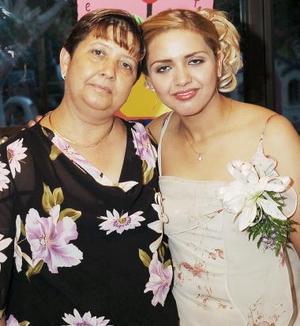 -Beatriz Adriana Guerrero Castro, junto a María Lourdes Castro, en su despedida de soltera.