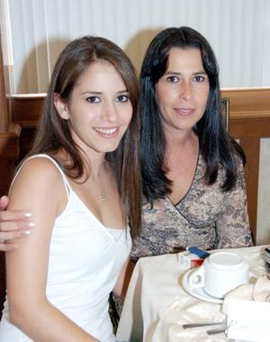 Carla Serhan de Martínez y Karla Martínez Serhan.