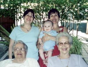Carmen Casilla de Máynez, Elsa Máynez de Ramírez, Elsa María Ramírez, Elsa María Rentería de Barraeta y Gabriel Berraeta Rentería forman parte de cinco generaciones.