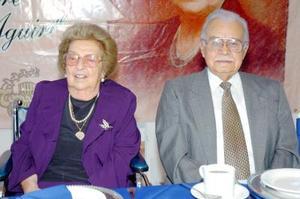 Sra. Lucía de Fernández Aguirre acompañada de su esposo, el Sr. Braulio Fernández Aguirre.