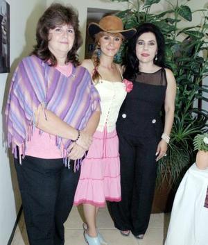 Zaira Verona Ortiz Rosas, en compañía de las organizadoras de la reunión, Vero Rosas de Ortiz y Bety del Valle de Garza.